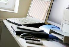 Espace de travail d'affaires avec l'ordinateur portable, le comprimé et le téléphone Photo stock