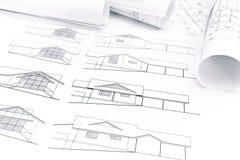 Espace de travail d'architecte avec des modèles et des plans de maison Image stock