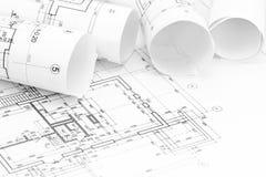 Espace de travail d'architecte avec des rouleaux de modèles et de dessin technique Images stock