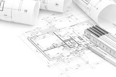 Espace de travail d'architecte avec le plan, les modèles roulés et la règle de pliage Image stock