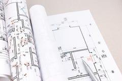 Espace de travail d'architectes avec des petits pains de plan et de modèle Photos stock