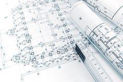 Espace de travail d'architectes avec des plans de projet, des modèles roulés et f Photos stock