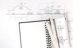 Espace de travail d'architectes avec les modèles, le bloc-notes et se plier de maison Photographie stock