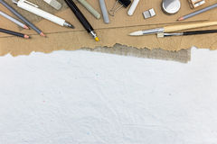 Espace de travail d'artiste avec différents crayons et craies colorées, dessus Images stock