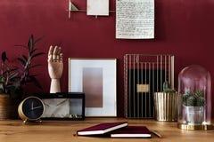 Espace de travail d'or avec le mur rouge Images stock