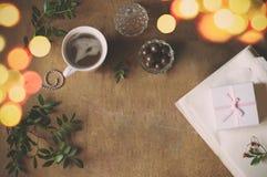 Espace de travail d'emballage cadeau pour Noël Images libres de droits