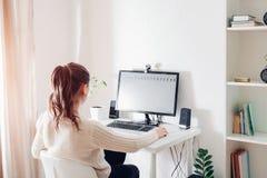 Espace de travail d'employé de bureau féminin La femme travaille sur l'ordinateur dans la pièce ensoleillée légère Conception mod Photos stock