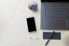 Espace de travail d'ordinateur dans le siège social avec des accessoires Technologie et concept de blogger Photo stock