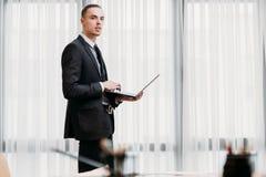 Espace de travail d'ordinateur portable de bureau de mode de vie d'homme d'affaires Photos libres de droits