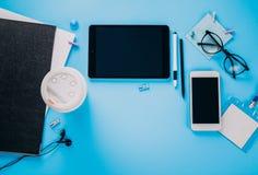 Espace de travail d'un employé de bureau créatif Travaillant avec une tasse de café, utilisant le téléphone et le comprimé Photographie stock
