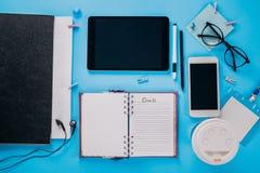 Espace de travail d'un employé de bureau créatif Travaillant avec une tasse de café, utilisant le téléphone et le comprimé Photographie stock libre de droits