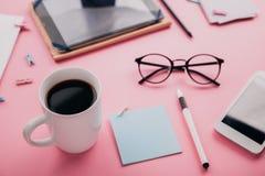 Espace de travail d'un employé de bureau créatif Travaillant avec une tasse de café, utilisant le téléphone et le comprimé Photos libres de droits