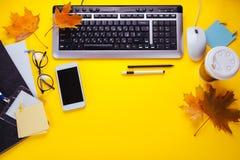 Espace de travail d'un employé de bureau créatif Travaillant avec une tasse de café, utilisant le téléphone et le comprimé Photos stock