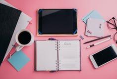 Espace de travail d'un employé de bureau créatif Travaillant avec une tasse de café, utilisant le téléphone et le comprimé Image stock