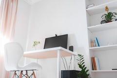 Espace de travail d'un indépendant Intérieur de pièce de bureau de travailler dedans Conception moderne avec les meubles et l'ord Photo stock