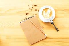 Espace de travail d'un peuple créatif pendant le matin Photographie stock