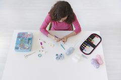 Espace de travail d'une femme créative faisant faire du crochet fait maison Photo libre de droits
