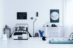 Espace de travail dans l'intérieur lumineux de chambre à coucher Photo libre de droits