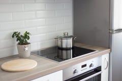 Espace de travail dans l'intérieur moderne de cuisine Image stock