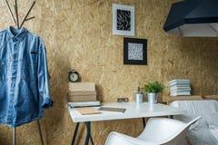 Espace de travail dans la chambre masculine Photos libres de droits