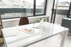 Espace de travail dans la pièce moderne de bureau Images libres de droits