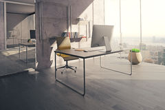 Espace de travail dans le bureau ensoleillé Photos libres de droits