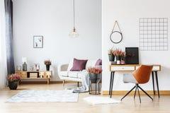 Espace de travail dans le salon lumineux Photos stock