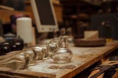 Espace de travail dans un atelier de verrerie avec des outils Photos libres de droits
