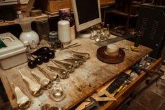 Espace de travail dans un atelier de verrerie avec des outils Photo stock