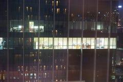 Espace de travail de bâtiment la nuit images libres de droits