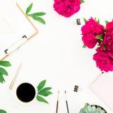Espace de travail de Blogger ou d'indépendant avec la tasse de presse-papiers, de carnet, de pivoine et de café sur le fond blanc Photo stock
