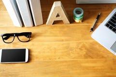 Espace de travail de bureau avec des accessoires Image libre de droits