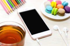 Espace de travail de bureau avec du café de bloc-notes de clavier de la tasse et du smartphone sur la table en bois Image stock