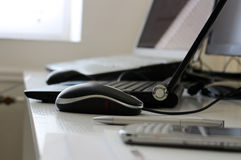 Espace de travail de bureau avec l'ordinateur portable, la souris et le téléphone portable Image stock