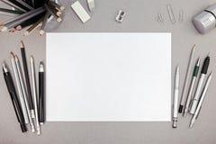 Espace de travail de bureau avec la feuille de papier blanc et le divers outil de dessin Photographie stock