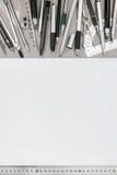 Espace de travail de bureau avec la feuille de papier vide et le divers outil de dessin Images libres de droits
