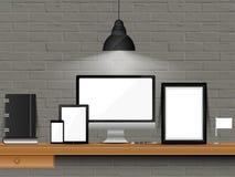 Espace de travail de bureau avec la maquette moderne de dispositifs Photo stock