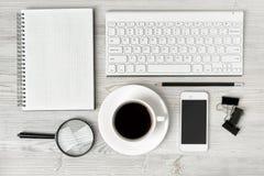 Espace de travail de bureau avec le dessin architectural, le clavier, le smarthphone, le livre propre et la loupe sur la surface  Image stock