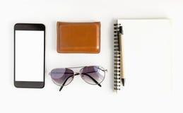 Espace de travail de bureau avec le stylo de clavier et smartphone sur le fond blanc Images stock