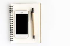 Espace de travail de bureau avec le téléphone et le livre futés, sur le fond blanc Image libre de droits