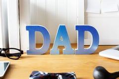 Espace de travail de bureau du jour de père avec des accessoires Image stock