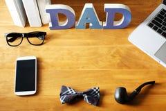 Espace de travail de bureau du jour de père avec des accessoires Photo libre de droits