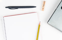 Espace de travail de bureau sur le fond blanc avec l'ordinateur portable Images stock