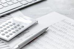 Espace de travail de comptabilité avec la calculatrice, le bénéfice et les tables sur la fin en pierre de bureau  photos libres de droits