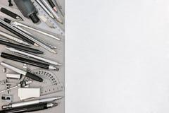 Espace de travail de concepteur avec de divers outils de dessin et accessoires Photo libre de droits