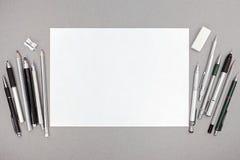 Espace de travail de concepteur avec la feuille de papier blanc et divers dessin à Image stock