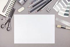 Espace de travail de concepteur avec le papier blanc, crayons, échantillons de couleur et Images stock