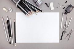 Espace de travail de concepteur avec le papier blanc, les crayons et le divers dessin Photos stock