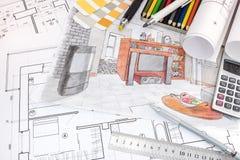 Espace de travail de dessinateur d'intérieurs avec des croquis d'appartement et de drawi Photo libre de droits