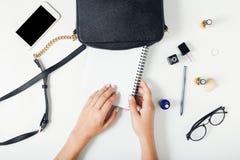 Espace de travail de femmes, mains femelles, sac, carnet, smartphone, glasse Photo stock